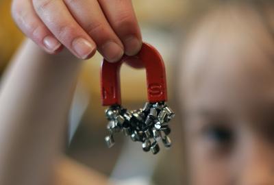 3. Bermain Magnet