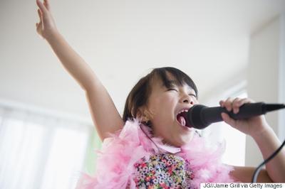 4. Menyanyikan Lagu