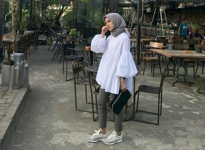 5 Tips Hijabers Tetap Bisa Tampil Feminin Meskipun Pakai Sneakers