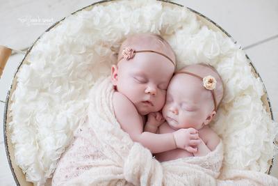 Wah! Inspirasi Nama Bayi Kembar Perempuan dengan Awalan Huruf A Ini Wajib Moms Intip