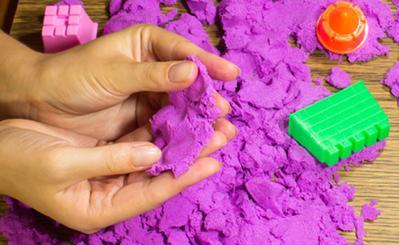 Nah, Ini Dia Beberapa Cara untuk Membuat Pasir Kinetik yang Bisa Moms Coba