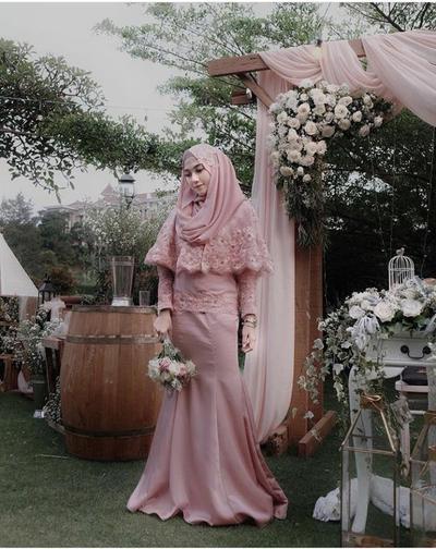 Modern dan Chic, Ini Dia Inspirasi Kebaya untuk Moms Hijabers!