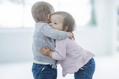 Cantiknya Inspirasi Nama Bayi Kembar Laki-laki dan Perempuan yang Bermakna Indah Ini, Moms!