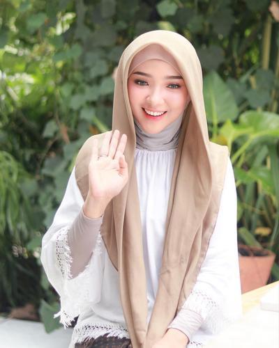 Cantiknya! Ini Dia Inspirasi Style Hijab Casual Hingga Formal dengan Manset Tapi Kekinian Ala Ayu Indriati