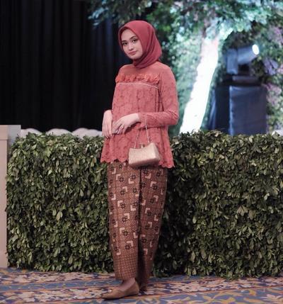 Agar Tak Berlebihan Begini Tips Padu Padan Memakai Hijab Warna
