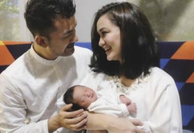 Nggak Nyangka, Pernikahan 7 Pasangan Artis Indonesia Ini Berawal dari Cinlok Lho!