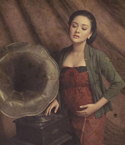 Tak Perlu Buka-bukaan, Artis-artis ini Tetap Cantik Saat Maternity Shoot!