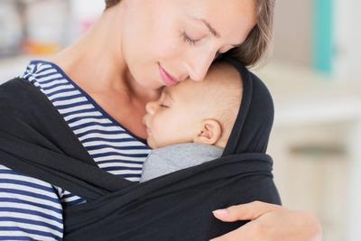 Jangan Percaya Mitos, Berikut Fakta Menggendong Bayi yang Benar!
