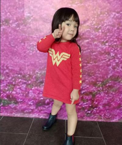 1. Nih Gempita tampil cute dengan terusan merah Wonder Woman. Makin kece dengan paduan boots hitam.