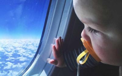 Moms, Ini yang Harus Disiapkan Saat Hendak Traveling Naik Pesawat dengan Bayi
