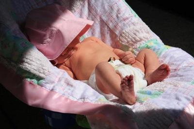 Penting Moms Ketahui, Ini Sederet Manfaat Menjemur Bayi