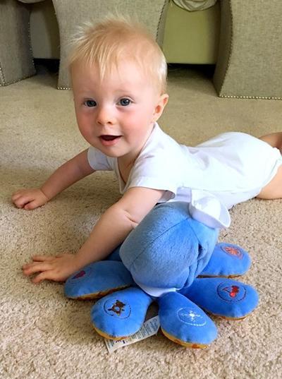 Bayi Usia 6 dan 7 Bulan: Boneka Besar
