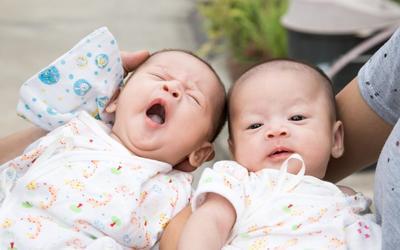 Tips Menjaga Produksi ASI agar Cukup untuk Menyusui Bayi Kembar