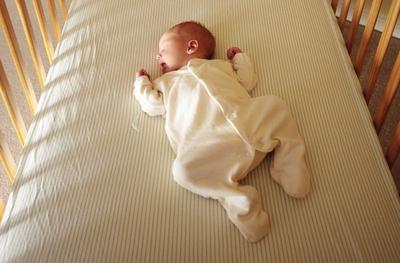 Boleh dan Amankah Bayi Usia 1 Bulan Tidur dengan Posisi Miring?