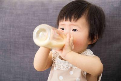 Baik Mana? Malam atau Pagi Waktu Anak untuk Minum Susu?