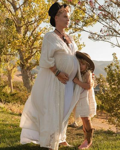 Deretan Maternity Shoot Ala Artis Hollywoood, Mana yang Moms Suka?
