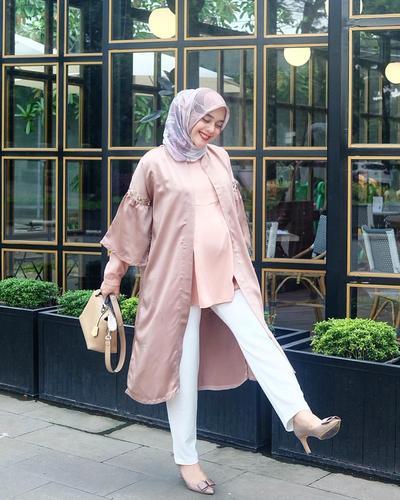 Intip Inspirasi Outfit Hijab untuk Ibu Hamil dari para Hijabers Artis dan Selebgram Berikut Ini!