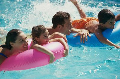 6 Cara Paling Ampuh untuk Atasi Kulit Gosong dan Belang Setelah Berenang