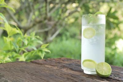 4. Minum Air Putih Atau Jus Segar