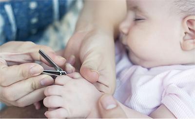 2. Gunting Kuku Saat Bayi Sedang Tidur atau Tenang