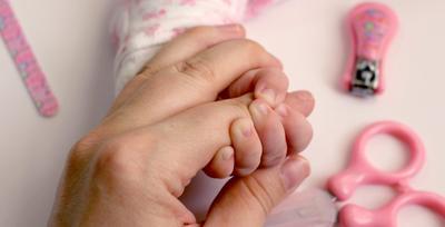 4. Potong Kuku Bayi Di Siang Hari atau dalam Kondisi Cahaya Terang