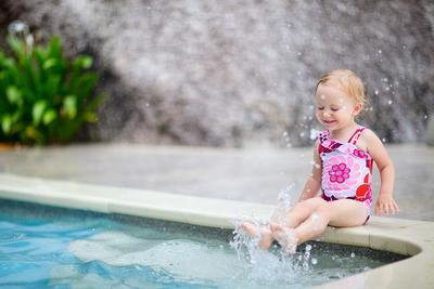 Moms, Siapkan 5 Hal Ini Sebelum Mengajak si Kecil Berenang!