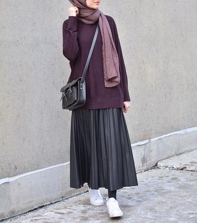Simpel dan Nyaman, Inspirasi Fashion Hijab Rok dengan Sepatu Sneakers Ini Harus Dicoba