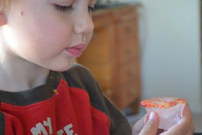 Hentikan Kebiasaan Anak Moms yang Suka Mengunyah Es Batu, Ini Bahaya yang Mengintai