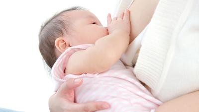 4. Bayi Harus Tetap Terjaga Selama Menyusu