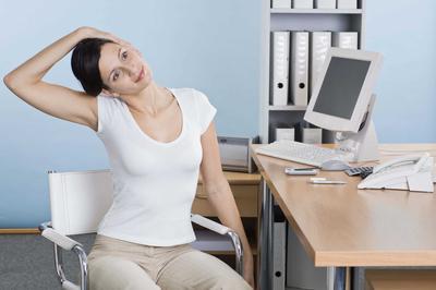 Rilekskan Otot Tubuh dengan 5 Tutorial Stretching Ringan yang Bisa Dilakukan di Kantor Ini