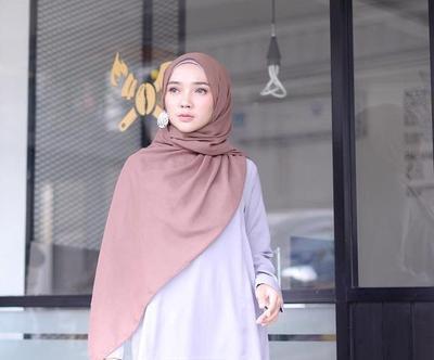 Lagi Jadi Warna Kekinian, Padu Padan Hijab Warna Mocca Ini Bikin Wajah Lebih Cerah