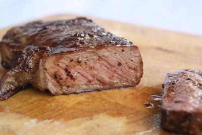 Yuk, Ketahui Cara Membedakan Tingkat Kematangan Steak Sebelum Memanggangnya Biar Nggak Salah