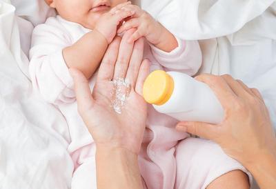 Bayi Berkeringat, Pilih Bedak Tabur atau Lotion?