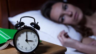 Perhatikan Anak Moms, Ini Dia Bahaya Tidur dengan Ponsel Dicharge di Kasur!
