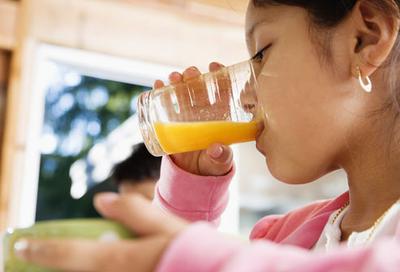 Perhatikan Aturan Ini Ketika Moms Ingin Memberikan Jus atau Buah Kering Pada Anak