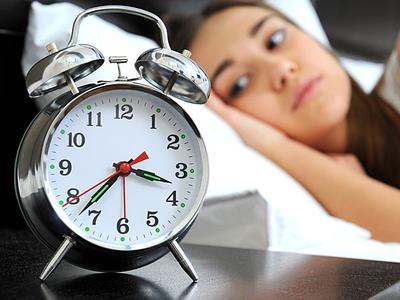 Sulit Tidur di Tempat Asing, Kenapa Ya? Simak Penjelasan Ilmiahnya Yuk Moms!