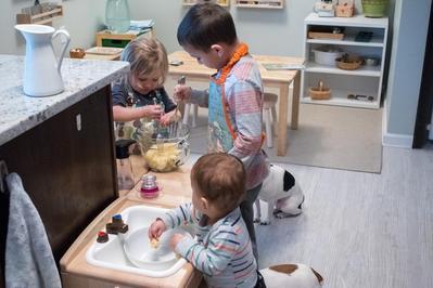 Manfaat Main Masak-Masak Bareng Anak Ala Montessori, Baik untuk Perkembangan Anak