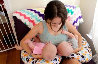 Ibu Menyusui Bayi Kembar