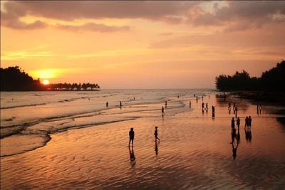 Intip Keindahan Memesona Pantai Air Manis Ini, Recommended Banget untuk Tempat Wisata Keluarga
