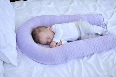 Nggak Bikin Kepala Peyang, Tips Memilih Bantal Bayi Ini Harus Moms Tahu!