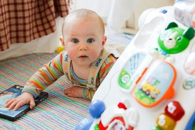 Ini Rekomendasi Permainan Bayi 3 Bulan untuk Merangsang Kecerdasan Otak!