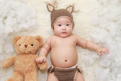 Mengunjungi Bayi Baru Lahir, Kado Apa Sih yang Cocok Dibawa?