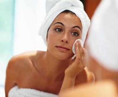 Kenapa Sih Skincare Harus Dilengkapi Toner? Ini Manfaatnya, Moms