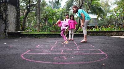 Jangan Hanya Game di Gadget, Ajarkan Juga Si Kecil Permainan Tradisional Moms