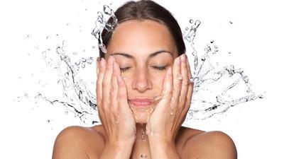 Kenali Perbedaan Beauty Water Asli dan Palsu, Jangan Sampai Salah Beli Moms