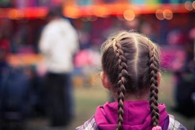 Punya Anak Perempuan, Yuk Coba Cara Kepang Rambut Si Kecil Moms!