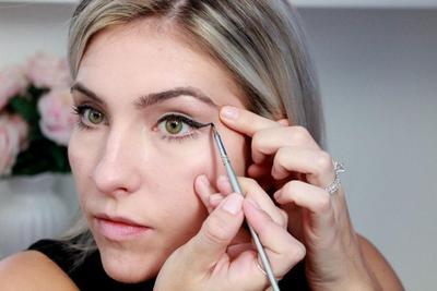Paling Mudah Digunakan, Begini Tips Cara Memakai Eyeliner Pensil Moms!