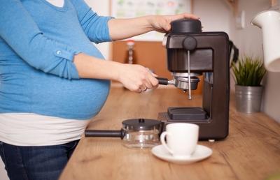 Benarkah Ibu Hamil Tak Boleh Minum Kopi? Cek Faktanya di Sini Deh, Moms!