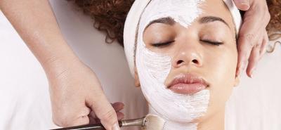 Lebih Aman, Ini Dia Masker Wajah Alami yang Bisa Moms Bikin Sendiri di Rumah