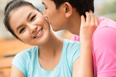 Bahaya Ciuman Bibir dan Trik Mencegah Penyebaran Penyakit